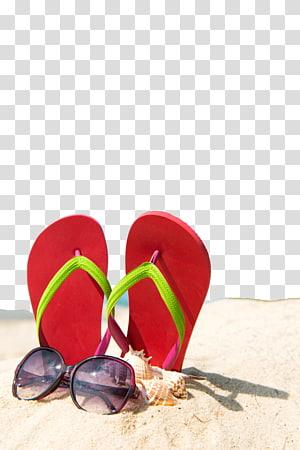chinelos ao lado de óculos de sol na areia em close-up, chinelo verão praia areia, fundo de cartaz de praia verão png